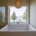 Ensuit bathroom tub with lakeview